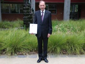 Dr. Ross Sundberg AM QC ('60)